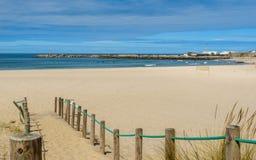 Hölzerne Wege zum Strand Stockfotos