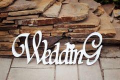 Hölzerne weiße Hochzeitsdekoration mit Wort Hochzeit Stockbild