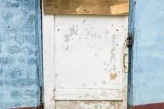 Hölzerne weiße schöne Tür in einem alten Blau färbte Gebäude stockbilder