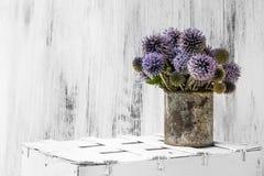 Hölzerne weiße Weinlese der Hintergrundstilllebenblumen-Sonnenblume Stockfotos