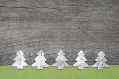 Hölzerne Weihnachtsbäume mit grünem Gewebe auf grauem hölzernem backgrou Stockfoto