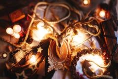Hölzerne Weihnachtsrotwild und -kerzen stockfoto