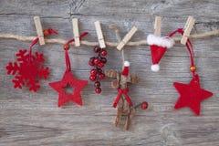 Hölzerne Weihnachtsrotwild und rote Sterne Stockbild