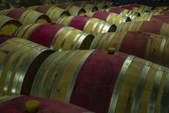 Hölzerne Weinfässer in einem Keller lizenzfreie stockfotos