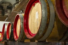 Hölzerne Weinfässer in einem sehr alten Keller stockfoto