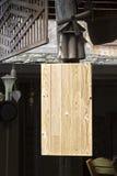 Hölzerne Weinlese des Schildes, die am hölzernen Pfosten hängt Stockfoto