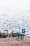 Hölzerne Weinlesetabelle stellte mit blauem Himmel und Meer ein Lizenzfreies Stockfoto