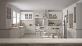Hölzerne Weinlesetischplatte oder Regalnahaufnahme, Zenstimmung, über unscharfer skandinavischer klassischer Küche mit dem Speise lizenzfreie abbildung