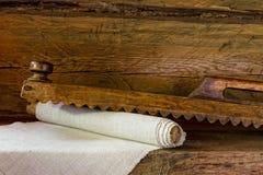 Hölzerne Werkzeuge der Weinlese für das Wäschebügeln lizenzfreie stockbilder