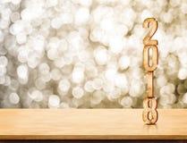 2018 hölzerne Wiedergabe der Zahl 3d des neuen Jahres auf hölzerner Tabelle mit Spar Lizenzfreies Stockbild