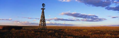 Hölzerne Windmühle auf dem geöffneten Gebiet Lizenzfreies Stockfoto