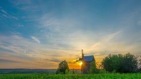 Hölzerne Windmühle bei Sonnenaufgang stock video footage