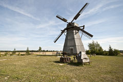 Hölzerne Windmühle in Dudutki-Dorf Lizenzfreies Stockbild