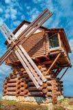 Hölzerne Windmühle errichtet von den Klotz Lizenzfreie Stockfotos