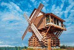 Hölzerne Windmühle errichtet von den Klotz Stockbilder