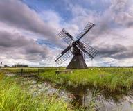 Hölzerne Windmühle im Polder Lizenzfreie Stockfotografie