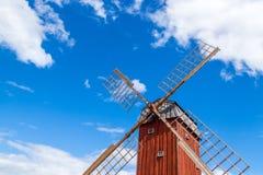 Hölzerne Windmühle unter blauem Himmel Stockfotos