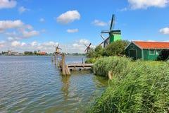 Hölzerne Windmühlen im niederländischen Dorf. lizenzfreies stockbild