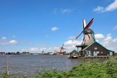 Hölzerne Windmühlen im niederländischen Dorf. lizenzfreie stockfotografie