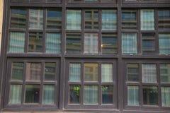 Hölzerne Windows eines historischen Gebäudes stockfoto