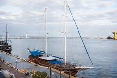 Hölzerne Yacht geregelt im Seehafen Stockfotos