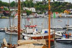 Hölzerne Yachten mit hohen Masten machten am Jachthafen fest Stockbild