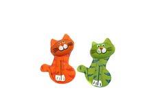 Hölzerne Zahl der Katze zwei hell gemalt in der Orange und im Grün Stockbild
