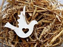 Hölzerne Zahl der Taube auf einem Nest Lizenzfreies Stockfoto