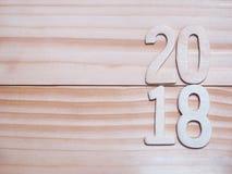 Hölzerne Zahl des neuen Jahres 2018 auf hölzernem Hintergrund Lizenzfreie Stockbilder