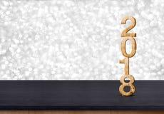 hölzerne Zahl des neuen Jahres 2018 auf hölzerner Tabelle mit funkelndem Silber BO Lizenzfreie Stockfotografie