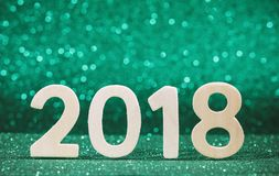 Hölzerne Zahl des Weiß des neuen Jahres 2018 auf Grün Lizenzfreie Stockfotografie