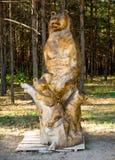 Hölzerne Zahl eines Bären mit einem Teddybären, Vergnügungspark 'Nelzha ', Voronezh-Region stockbild