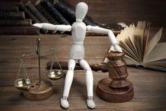 Hölzerne Zahl mit Richtern Hammer und Skala von Gerechtigkeit Stockfoto