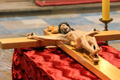 Hölzerne Zahl von Jesus kreuzigte, in der Kirche während Ostern Stockfotografie
