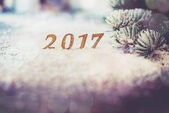 Hölzerne 2017 Zahlen auf Schnee mit Baumast, Weihnachts- und des neuen Jahresthema Retro- Art Lizenzfreies Stockfoto