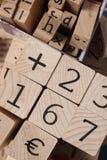 Hölzerne Zahlen und Buchstaben Lizenzfreie Stockbilder