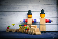 Hölzerne Zahlen und Güterzug und Lastwagen Lizenzfreie Stockfotografie