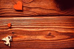 Hölzerne Zahlen von Herzen und von Amor, Valentinsgruß ` s Lizenzfreies Stockbild