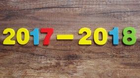 Hölzerne Zahlen, welche die Nr. 2018, für das neue Jahr 2018 auf einem hölzernen Hintergrund bilden Lizenzfreie Stockfotografie