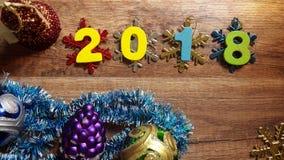 Hölzerne Zahlen, welche die Nr. 2018, für das neue Jahr 2018 auf einem hölzernen Hintergrund bilden Lizenzfreie Stockfotos