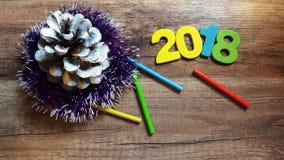 Hölzerne Zahlen, welche die Nr. 2018, für das neue Jahr 2018 auf einem hölzernen Hintergrund bilden Lizenzfreies Stockbild