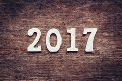 Hölzerne Zahlen, welche an die Nr. 2017, für das neue Jahr 2017 bilden Stockbilder