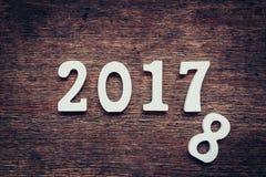 Hölzerne Zahlen, welche an die Nr. 2017, für das neue Jahr 2017 bilden Stockfotos