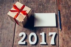 Hölzerne Zahlen, welche an die Nr. 2017, für das neue Jahr 2017 bilden Stockfotografie