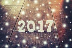 Hölzerne Zahlen, welche die Nr. 2017, für das neue Jahr bilden Stockfotografie