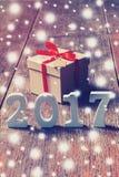 Hölzerne Zahlen, welche die Nr. 2017, für das neue Jahr bilden Lizenzfreie Stockbilder