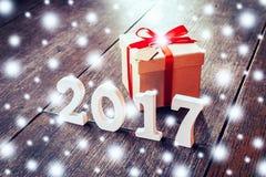 Hölzerne Zahlen, welche die Nr. 2017, für das neue Jahr und das sno bilden Stockfotos