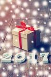 Hölzerne Zahlen, welche die Nr. 2017, für das neue Jahr und das sno bilden Lizenzfreies Stockbild