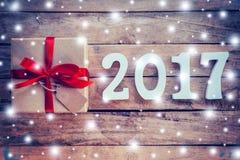 Hölzerne Zahlen, welche die Nr. 2017, für das neue Jahr und das sno bilden Lizenzfreie Stockfotos