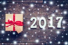 Hölzerne Zahlen, welche die Nr. 2017, für das neue Jahr und das sno bilden Stockbilder